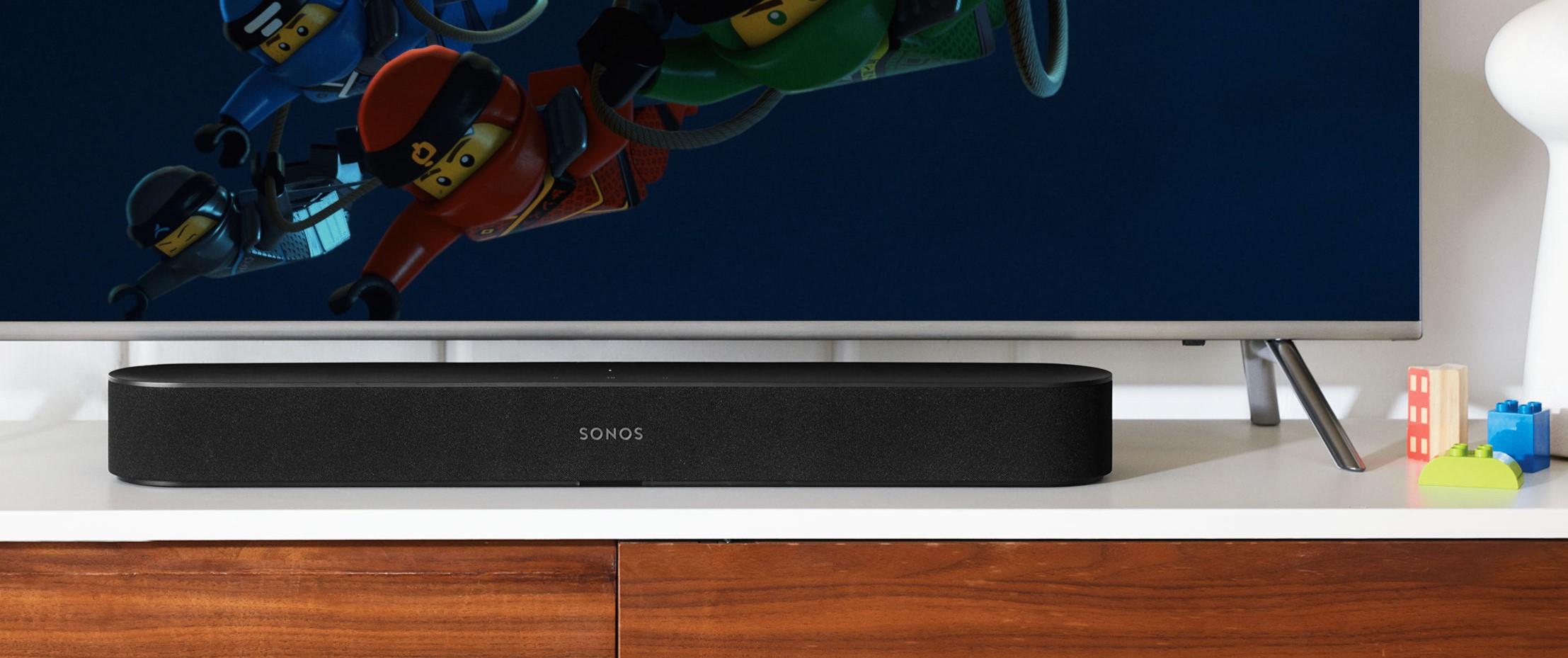 De slimme soundbar Sonos Beam staat mooi onder een televisie.
